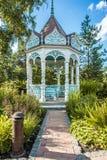 Sommergarten mit Nische Lizenzfreie Stockfotos