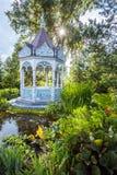 Sommergarten mit Nische Stockbilder