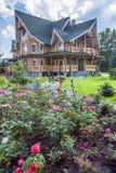 Sommergarten und -Holzhaus Stockfotografie
