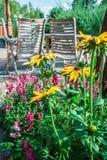 Sommergarten und -Holzhaus Lizenzfreies Stockfoto