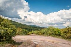 Sommergebirgsgrünes Gras und blauer Himmel gestalten landschaftlich Lizenzfreies Stockfoto