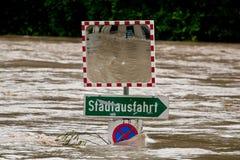 Sommergendosi all'alta acqua dopo pioggia Fotografia Stock Libera da Diritti