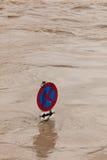 Sommergendosi durante l'alta acqua dopo pioggia Fotografie Stock Libere da Diritti