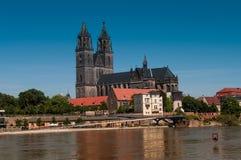 Sommergendosi a Magdeburgo, cattedrale al fiume Elba, giugno 2013 Immagine Stock Libera da Diritti