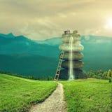 Sommergeschichte Grüne Hügel mit abstraktem fantastischem Gebäude Stockfotos