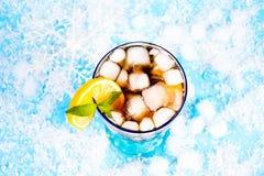 Sommergetränk auf einem blauen Hintergrund Stockbild