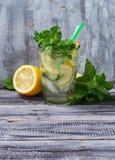 Sommergetränk mojito mit Minze, Zitrone und Eis Lizenzfreie Stockfotos