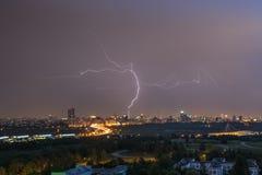 Sommergewitter mit Blitz über Stadt Lizenzfreies Stockbild