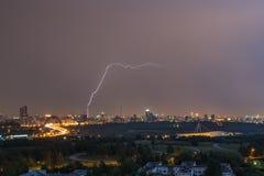 Sommergewitter mit Blitz über Stadt Lizenzfreie Stockfotos