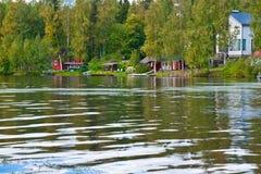 Sommerhäuschen nahe durch See Stockfotografie