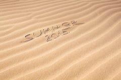 Sommerhandschrift 2015 auf dem Sand Stockfotos