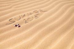 Sommerhandschrift 2015 auf dem Sand Lizenzfreie Stockbilder