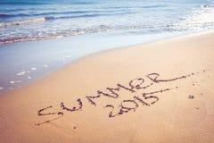 Sommerhandschrift 2015 auf einem sandigen Strand Stockfotografie