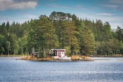 Sommerhaus auf Insel lizenzfreies stockfoto