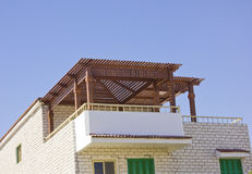 Sommerhaus mit Dach Lizenzfreie Stockfotografie