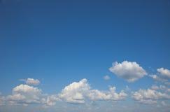 Sommerhimmel mit Kumuluswolkenhintergrund stockfotos