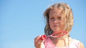 Sommerhimmel-Seifenblasefreiheit des kleinen Mädchens stock video footage