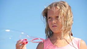 Sommerhimmelseifenblasen des kleinen Mädchens stock footage