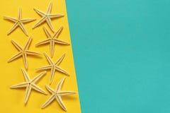 Sommerhintergrund des gelben und blauen Papiers mit Starfish, Symbol Lizenzfreie Stockbilder