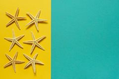 Sommerhintergrund des gelben und blauen Papiers mit Starfish, Symbol Stockbild