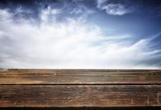 Sommerhintergrund mit hölzernen Planken gegen blauen Himmel Lizenzfreies Stockfoto