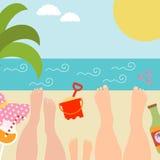 Sommerhintergrund mit mit Familie an der Küste Lizenzfreie Stockfotografie