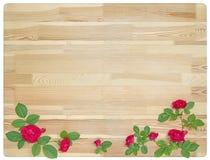 Sommerhintergrund mit Rosen auf hölzernem Brett Stockfotos