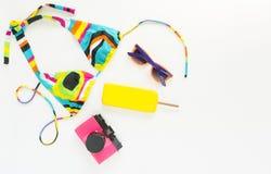 Sommerhintergrund, Strandausstattung, Mädchensommermaterial Geometrischer abstrakter Musterbadeanzug, helle Sonnenbrille, rosa Re lizenzfreie stockbilder