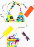Sommerhintergrund, Strandausstattung, Mädchensommermaterial Geometrischer abstrakter Musterbadeanzug, helle Sonnenbrille und Eisc stockbild