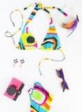Sommerhintergrund, Strandausstattung, Mädchensommermaterial Geometrischer abstrakter Musterbadeanzug, rosa Retro- Kamera, hell lizenzfreies stockbild
