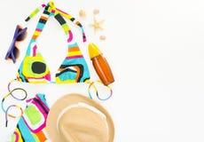 Sommerhintergrund, Strandausstattung, Mädchensommermaterial Geometrischer abstrakter Musterbadeanzug, -strohhut und -Sonnenschutz stockfotografie