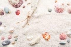 Sommerhintergrund von Muscheln und von Seekieseln auf Strandsand Stockbilder