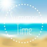 Sommerhintergrundsteigungsmaschenstrand und -ozean Hintergrund für Reisekarten Auch im corel abgehobenen Betrag Stockbilder