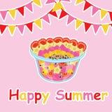 Sommerkarte mit Obstsalat und bunter Flagge Stockfotografie