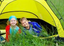 Sommerkind, das im Zelt kampiert Stockbilder