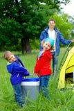 Sommerkind, das im Zelt kampiert Lizenzfreie Stockbilder