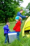 Sommerkind, das im Zelt kampiert Lizenzfreies Stockfoto