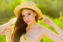 Sommerkollektion Sommermädchen mit dem langen Haar E Reise im Sommer Frau mit Art und Weiseverfassung frech stockfoto