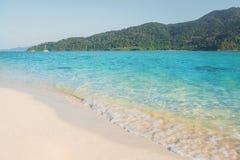Sommerkonzept, weiche Welle hüllte den sandigen Strand Koh Lipe Beach Thailand, Sommerferien ein lizenzfreie stockfotos