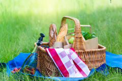 Sommerkorb für Picknick mit Wein, Brot, Früchten und Snäcken Stockfotos