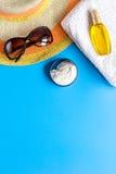 Sommerkosmetik mit Draufsichtspott des Hintergrundes der Schutzcreme und -hutes blauem oben Stockfotos
