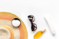 Sommerkosmetik mit Draufsichtspott des Hintergrundes der Schutzcreme und -hutes weißem oben Lizenzfreie Stockfotografie