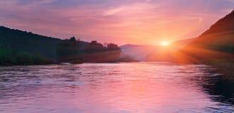 Sommerlandschaft auf dem Fluss stockbild