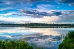 Sommerlandschaft auf dem See Biserovo, Moskau-Region, Russland Stockfotos