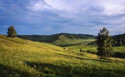 Sommerlandschaft in den Bergen und im blauen Himmel Lizenzfreies Stockbild