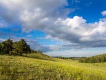 Sommerlandschaft in den Bergen und im blauen Himmel Lizenzfreie Stockfotos