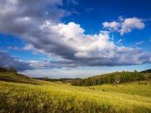 Sommerlandschaft in den Bergen und im blauen Himmel Stockfotografie