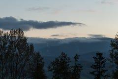 Sommerlandschaft in den Bergen und im dunkelblauen Himmel mit Wolken Stockbild