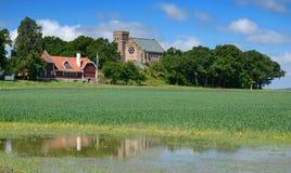 Sommerlandschaft mit alter Kathedrale Lizenzfreies Stockfoto
