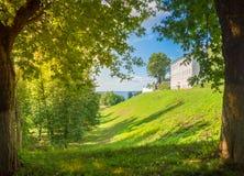 Sommerlandschaft mit alter Kirche und Park Stockfotografie